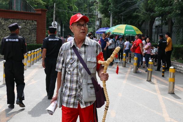 70岁爷爷志愿服务高考十年:推掉旅游计划也要来