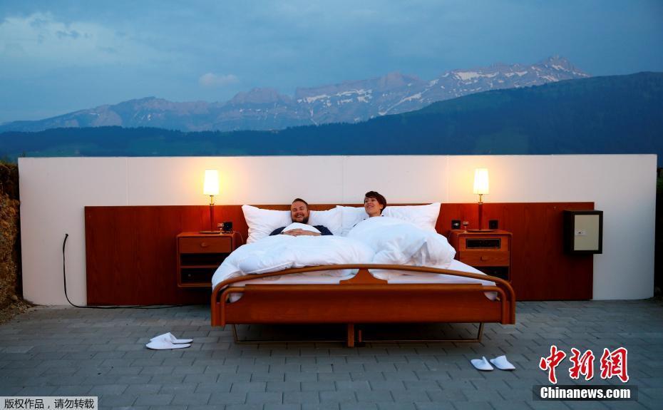 瑞士酒店与山景融为一体 迎来首位客人