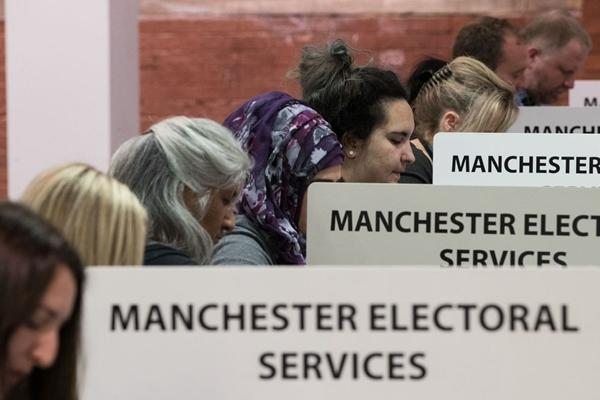 英国大选结束投票 曼彻斯特计票人员彻夜工作
