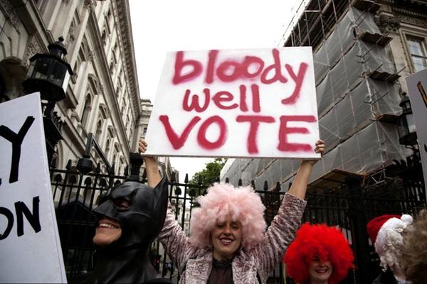 """6月8日英国大选开锣 """"蝙蝠侠""""现身伦敦街头"""