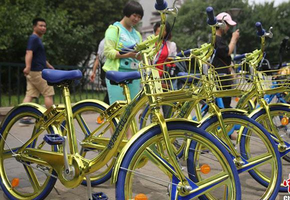 """北京街头现""""土豪金""""共享单车 能给手机充电"""