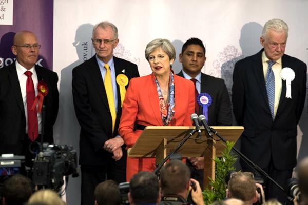 英大选前景不被看好 欧媒:梅姨赔了夫人又折兵