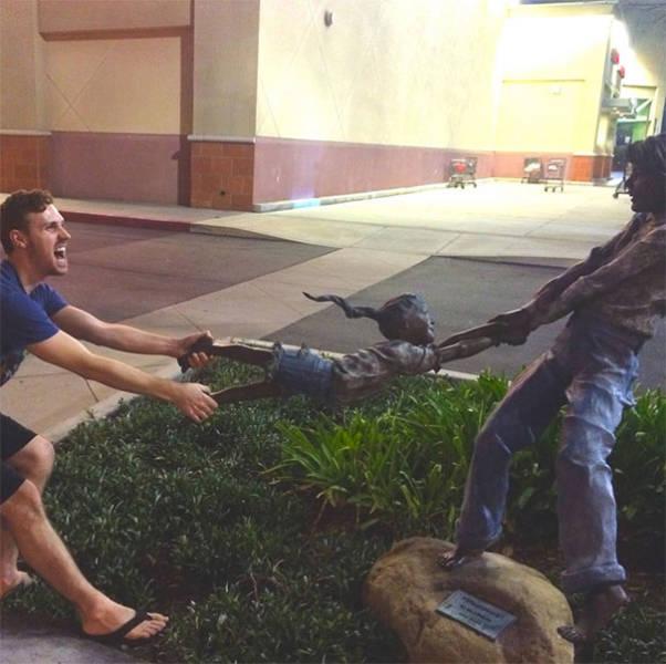 """他们就爱和雕像""""演戏""""图片"""
