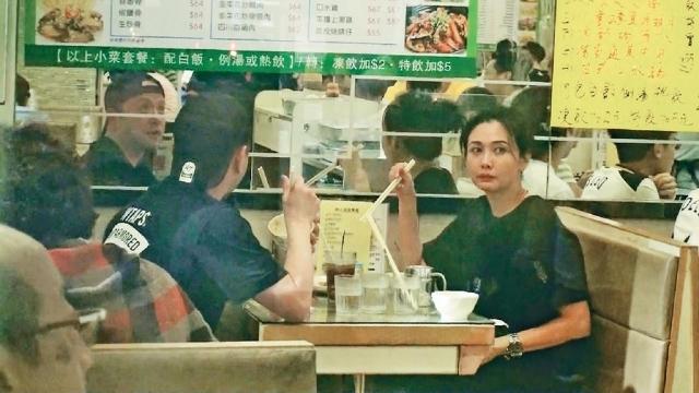 邱淑贞富豪老公猛赚36亿 带妻女吃百元平价餐接地气!