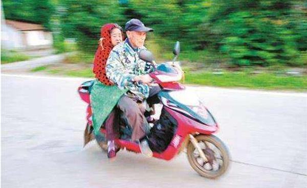 """武汉77岁老人""""绑妻就医""""7年6万公里 三位的哥伸援手"""