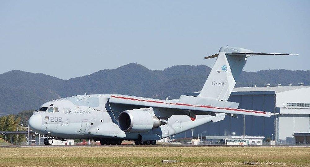 尴尬!日本一架国产C2运输机起飞前失控冲出跑道