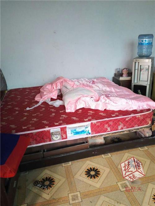 小偷入室行窃躺在主人床上呼呼大睡:我太累了