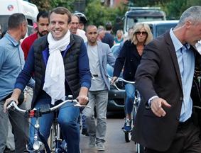迎接议会选举 马克龙与妻子共同骑行获围观