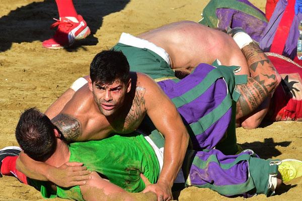 佛罗伦萨上演趣味历史足球赛 选手近身肉搏分外激烈