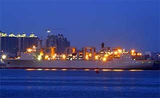 巨舰扎堆:航母补给舰展修长舰体