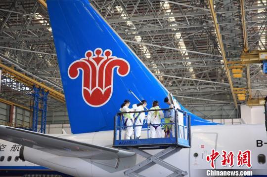 11日,南航举行公众开放,市民与媒体记者探秘清洗飞机全过程 郭军 摄