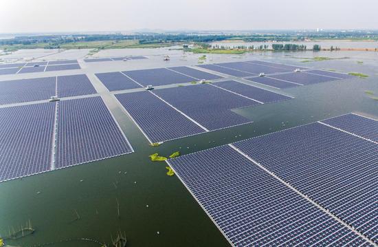 中国最大漂浮式太阳能电站:水面放16万块电池板