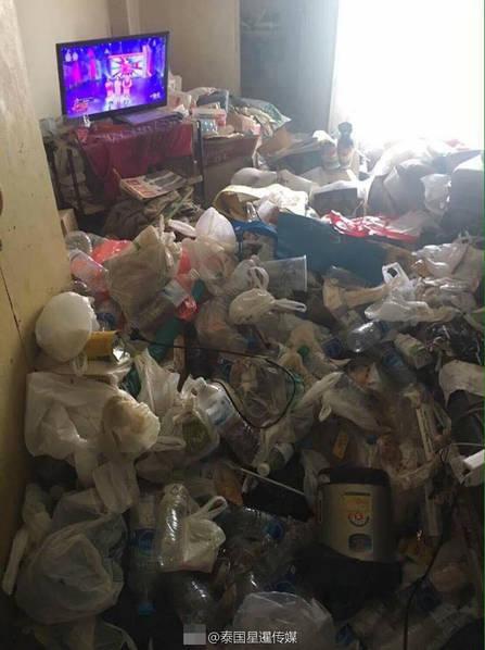 女孩出租屋成垃圾场 进门要拨开垃圾