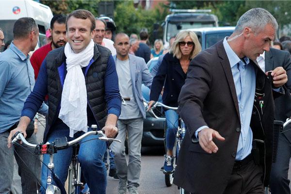 法国总统与妻子骑自行车出行 获民众围观