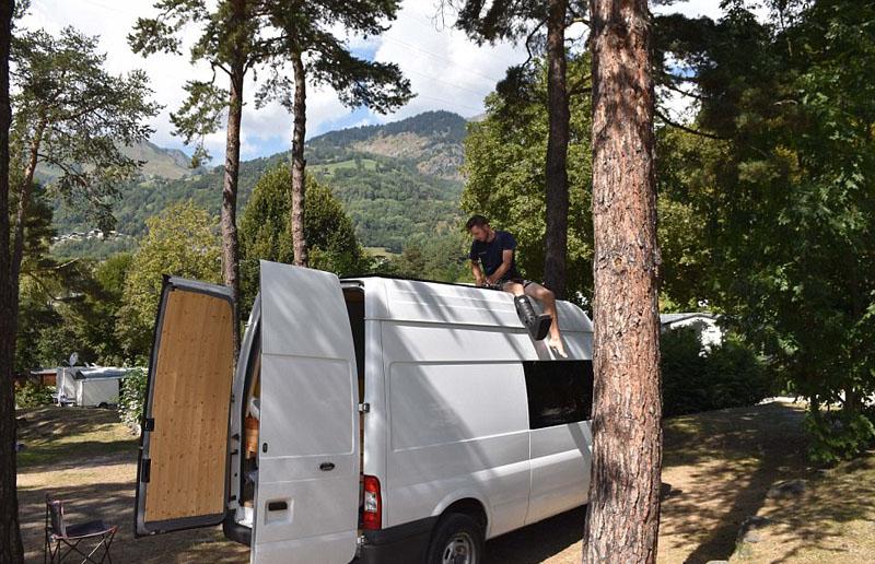英男子改货车为太阳能房车环游世界