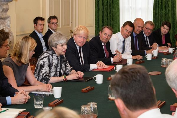 英国首相特蕾莎·梅主持大选后新内阁首次会议(组图)