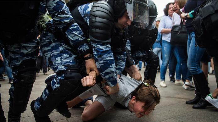 俄国庆日莫斯科爆发示威游行 俄内务部:150多人被捕