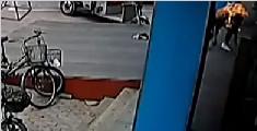 女子街头被丈夫浇汽油点燃