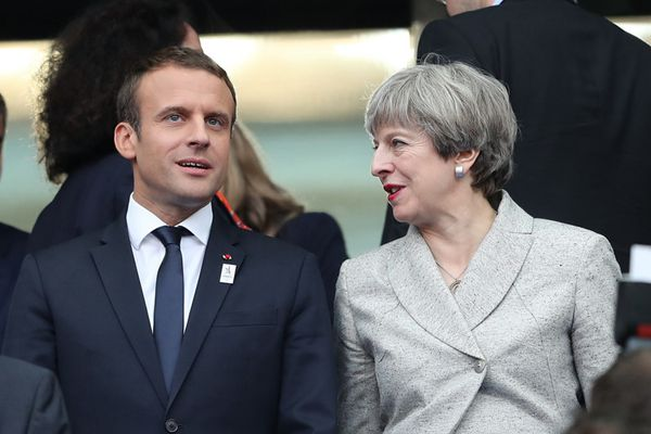 特雷莎·梅访法国与马克龙看球赛热聊 一扫大选失利阴霾