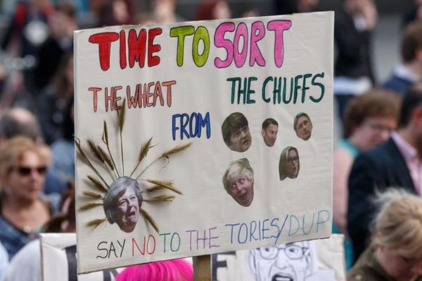 英国民众集会抗议保守党与北爱尔兰民主统一党结盟