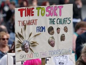 民众集会抗议保守党与北爱尔兰民主统一党结盟