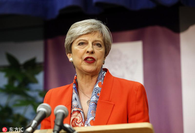"""英首相称英国脱欧""""维持正轨"""" 谈判下周展开"""