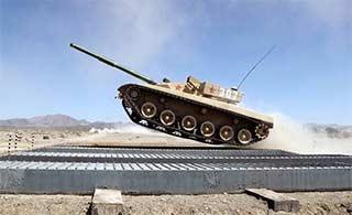 """新疆军区坦克部队训练坦克""""起飞"""""""