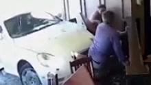 占卜师窗边用餐被车撞飞 网友:为啥没占卜出来
