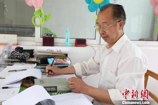 武汉一高校宿管员酷爱读书 常写打油诗提醒学生