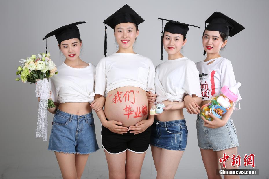 """女大学生拍""""大肚""""毕业照走红网络"""