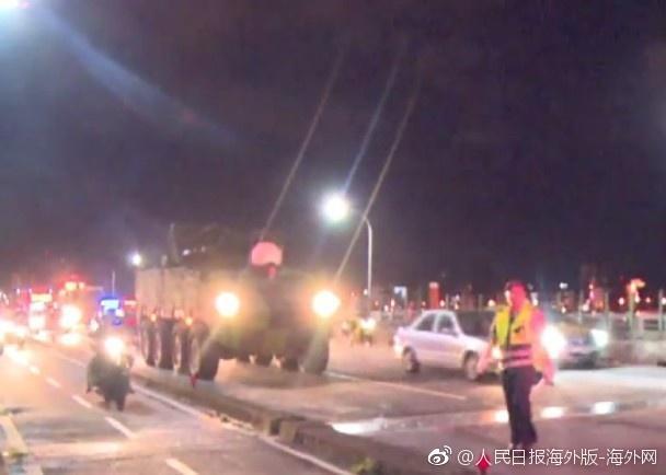 台军云豹装甲车剐蹭出租车 的哥将其拦下索赔