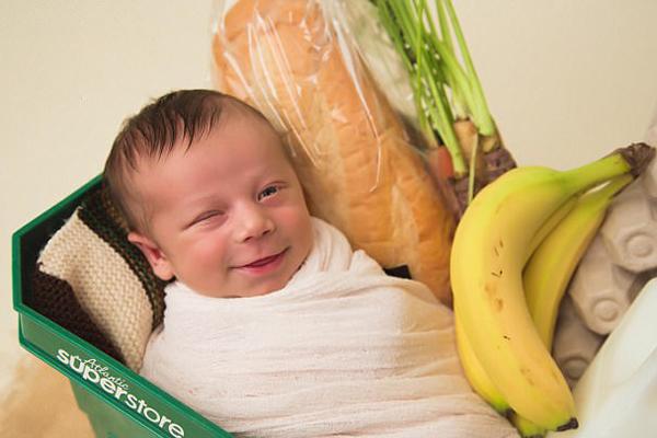 加孕妇超市卫生间产子 摄影师为婴儿拍趣味写真
