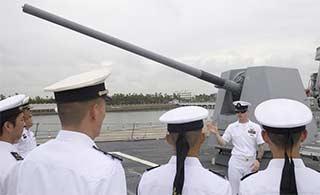 海军官兵登上美伯克级驱逐舰参观