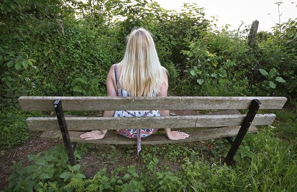 差评!英海滨观景椅前灌木丛生无法欣赏美景