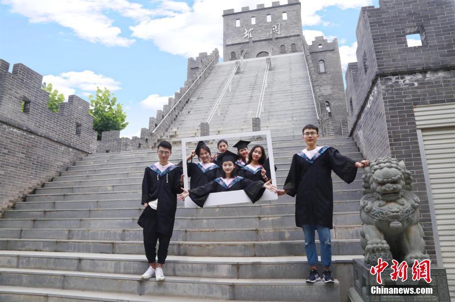 武汉一高校女生为学长学姐拍摄3D创意毕业照