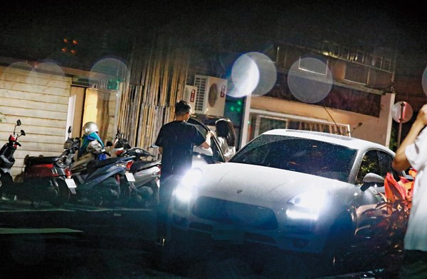 庾澄庆夫妇街头牵手秀恩爱 妻子7个月孕肚首曝光