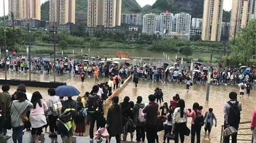 贵州一高校保洁阿姨背学生趟水:怕耽误他们上课