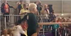 91 岁老太双杠表演