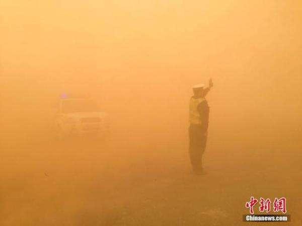 北方遭遇罕见强沙尘 内蒙古额旗沙尘暴持续14小时