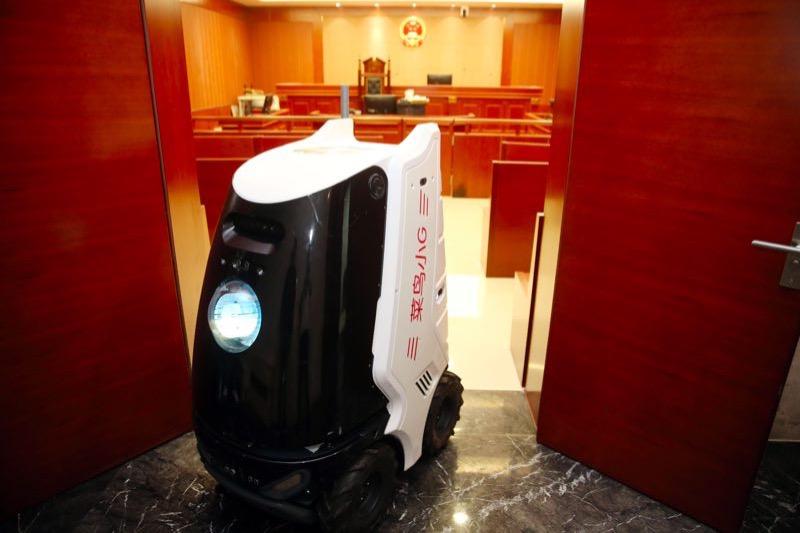 """法院来了""""新员工""""  机器人快递员上岗"""