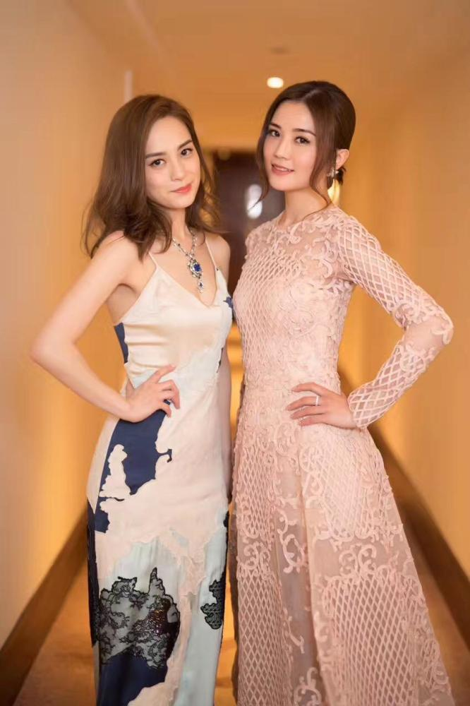 twins上影节红毯造型曝光 甜美优雅