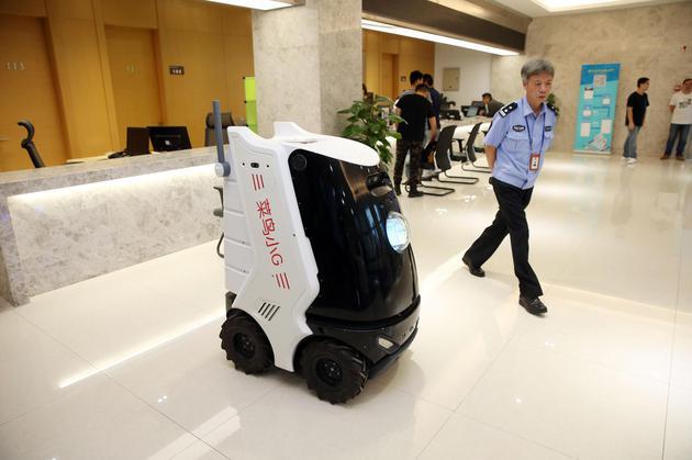 法院超萌机器人快递员走红:会坐电梯还主动让路