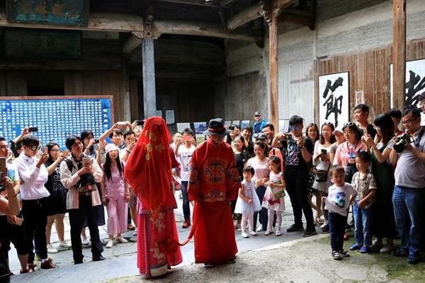 安徽黄山:徽州民俗婚礼表演引客来