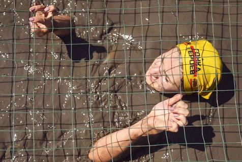 俄举行障碍赛 猛男美女泥地摸爬滚打