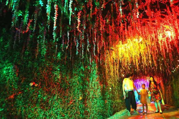 青岛999米地下长廊引游客享清凉 景观醉人