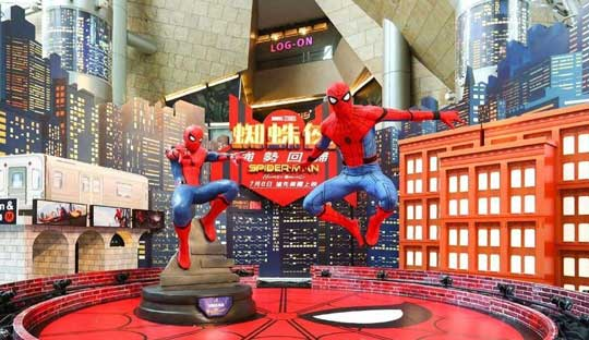 《蜘蛛侠:英雄归来》伦敦宣传热闹 蜘蛛遭狗抢镜