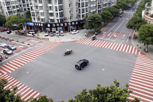 浙江桐庐彩色斑马线现街头 红白相间引人注目