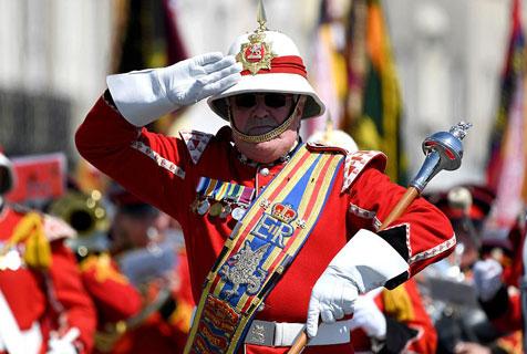 英两市举行阅兵纪念英国归还也门城市