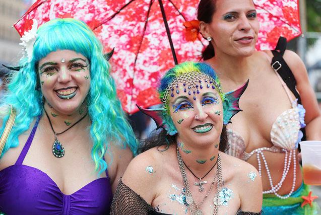 环球图片一周精选 纽约举行美人鱼大游行