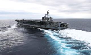 美军核动力航母海试 玩起高速漂移过弯